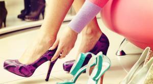 Mencoba Sepatu Yang Akan Dibeli