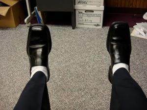 Contoh Pria Menggunakan Sepatu Pantofel Dengan Kaos Kaki Putih